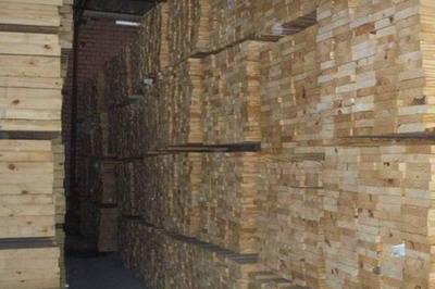 大明宫建材市场的一木材店老板则告诉记者