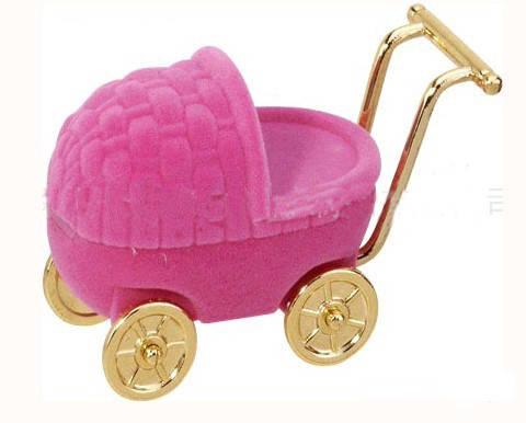 这款戒指盒外形设计很特别,是卡通小推车造型,粉红色的,很可爱,作