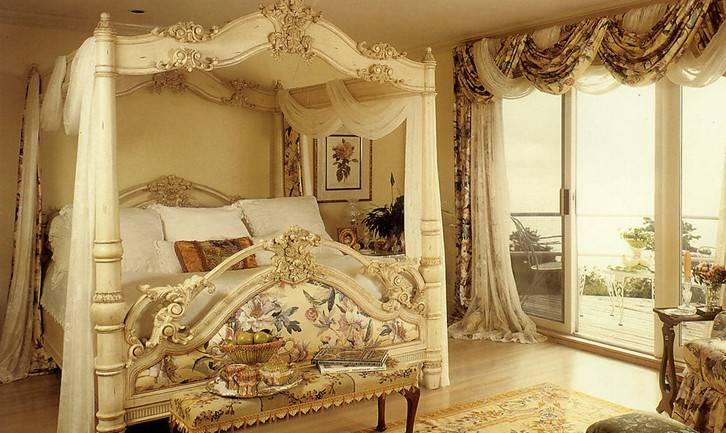 欧式古典风格——空间上追求连续性,追求形体的变化和层次感。室内外色彩鲜艳,光影变化丰富;室内多用带有图案的壁纸、地毯、窗帘、床罩及帐幔以及古典式装饰画或物件;为体现华丽的风格,家具、门、窗多漆成白色,家具、画框的线条部位饰以金线、金边。欧式