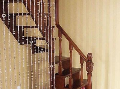 楼梯与木地板的质料应相互配合,可配以不同颜色的木料镶嵌图案,增强