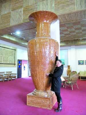 """竹板雕刻作品制作而成,是我国历代书法家的""""竹""""字大全.  世"""