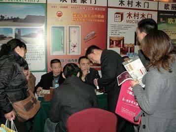 欢佳豪门杨益红总经理正在接洽经销商