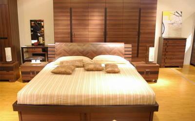 """装修出10公分左右高 的木质""""地台"""",相应地选用较低矮的床."""