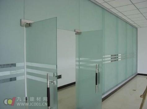 钢化玻璃隔断墙_玻璃隔断墙好选择钢化玻璃 - 新闻中心 - 九正建材网