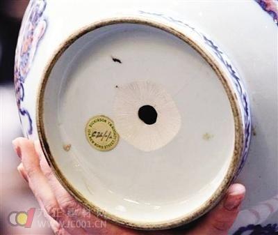 乾隆青花瓷瓶被钻孔少卖了45万英镑