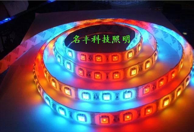 LED柔性灯带具有色彩纯正柔和、无眩光、不发热、节能、寿命长等特点,灯带是由软管封装,可任意弯曲裁剪,可根据被装饰物的实际情况进行各种造型。安装方便,色彩效果极佳。 外壳颜色:乳白,透明 外壳参数:防水,防尘,防紫外线 性能:耐压,耐破裂,耐高低温,耐燃,超强抗冲击老化。 材质:进口 PVC塑料(聚碳酸脂) 工作电压范围:12v-200v 工作环境:-40度-+75度 用途:广泛用于立交桥,河道护栏,花园,建筑外墙等室内外不同场所的装饰亮化