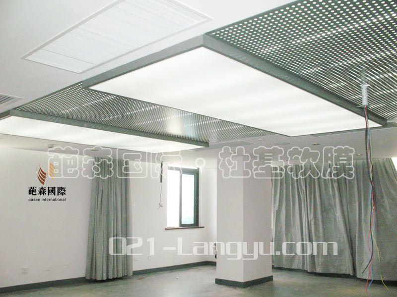 白色灯光膜吊顶