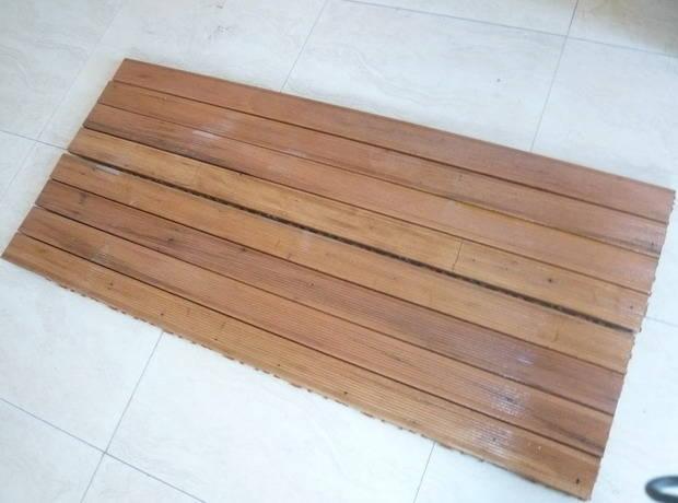 巴劳木 原木无需化学处理即可长期使用在户外;   颜 色:浅至中褐色,部分微黄,时间长久可渐变为银灰和古铜色;   特点:   1、安装简单,插接式扣板 2、属纯天然环保材,无需经过任何化学处理即可长期用在户外;    密度较高,平均密度接近于水的密度,水较难将木材完全渗透;   3、不用上油漆,原木颜色更显高贵且不影响木材的功能和寿命;   4、使用寿命比普通防腐木长(一到两倍);   5、高耐磨度的特点更适用于人流量较大的公共场所;   用 途: 地板、阳台、私家花园、游泳池、酒吧、会所、园林景观、