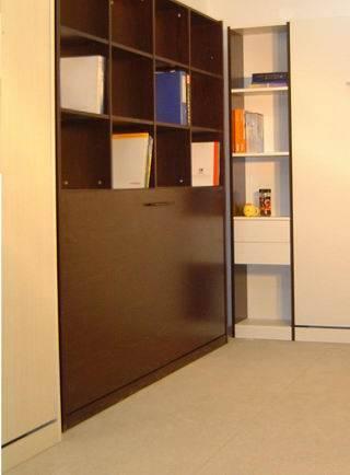 类 型:900s/1200s 侧翻型 900侧翻型 规格:1950900mm 外观:黑色、配全棕床垫 高度:离地高度约为350MM 1200侧翻型 规格:19501150mm 外观:黑色、配全棕床垫 高度:离地高度约为350MM 特 点:壁柜径深32cm,白天隐藏于墙内,晚上完美呈现。 收放自如,操作轻便,与书柜、衣柜的浑然一体、完美结合(不用时可将床收入柜体中)书房与客房、办空与休闲的多功能兼容,设计合理新颖。 900侧翻型 产品规格:9001950mm 产品外观:黑色 翻转类型:侧翻 材料结构: