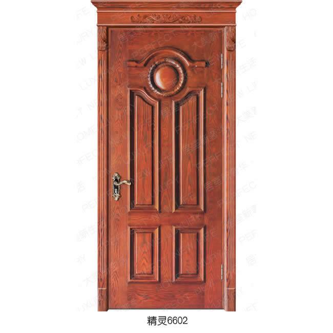 1.成品门的重量都较轻,也不易变形、开裂。 2.实木复合门还具有保温耐冲击、阻燃等特性,而且隔音效果同实木门基本相同。 3.实木复合门的造型多样,款式丰富,或精致的欧式雕花,或中式古典的各色拼花,或时尚现代。 4.具有手感光滑、色泽柔和的特点,还非常环保,坚固耐用。 5.