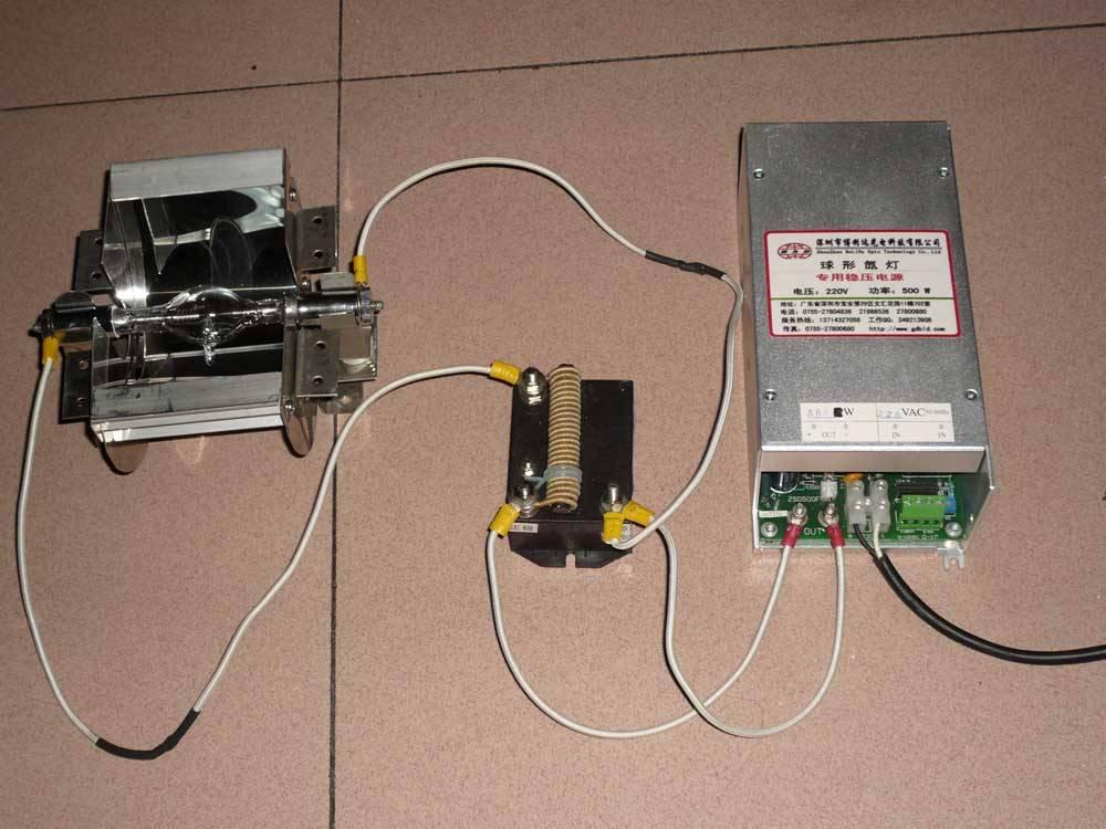 超高压短弧氙灯 超高压短弧氙灯是在高压纯净氙气中放电发光的短弧灯。 主要特点: (1)高亮度; (2)日光色。色温接近6000K; (3)在可见光区连续光谱; (4)高显色性(显色指数大于95); (5)在整个寿命期内维持光色特性; (6)高电弧稳定性; (7)热重启能力; (8)启动后即能达到接近最大光输出; (9)电弧光斑小、易聚光; 灯的额定功率低于450W几乎都用于科技领域。如: (1)显微镜; (2)图形扫描; (3)色对比; (4)内窥镜。 大功率的灯主要用于: (1)商业电影放映; (2)