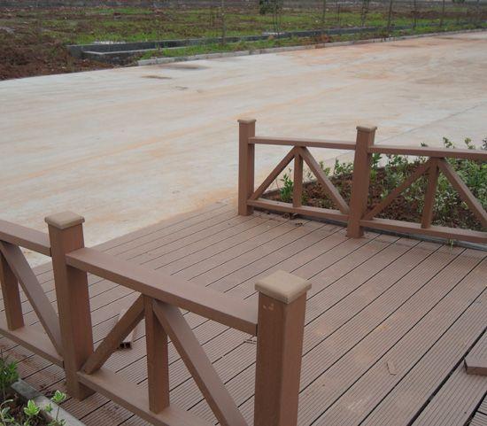 木塑(或称塑木)是一种新型建材,广泛流行于北美国家。具有防腐耐湿,耐候,不蛀虫,不含对人体有害物质,自带色彩,不用油漆,使用寿命长,可回收循环使用的环保新材料。用作室外园林景观,市民广场等设施具有很强的木质感,完全可以替代天然木材,效果非常好.。 塑木产品的主要特点: (1)采用高科技,利用废弃塑料及植物秸杆,通过高温压制成的塑木复合材料,是一种典型的环保制品: (2)本材料吸水率仅为0.