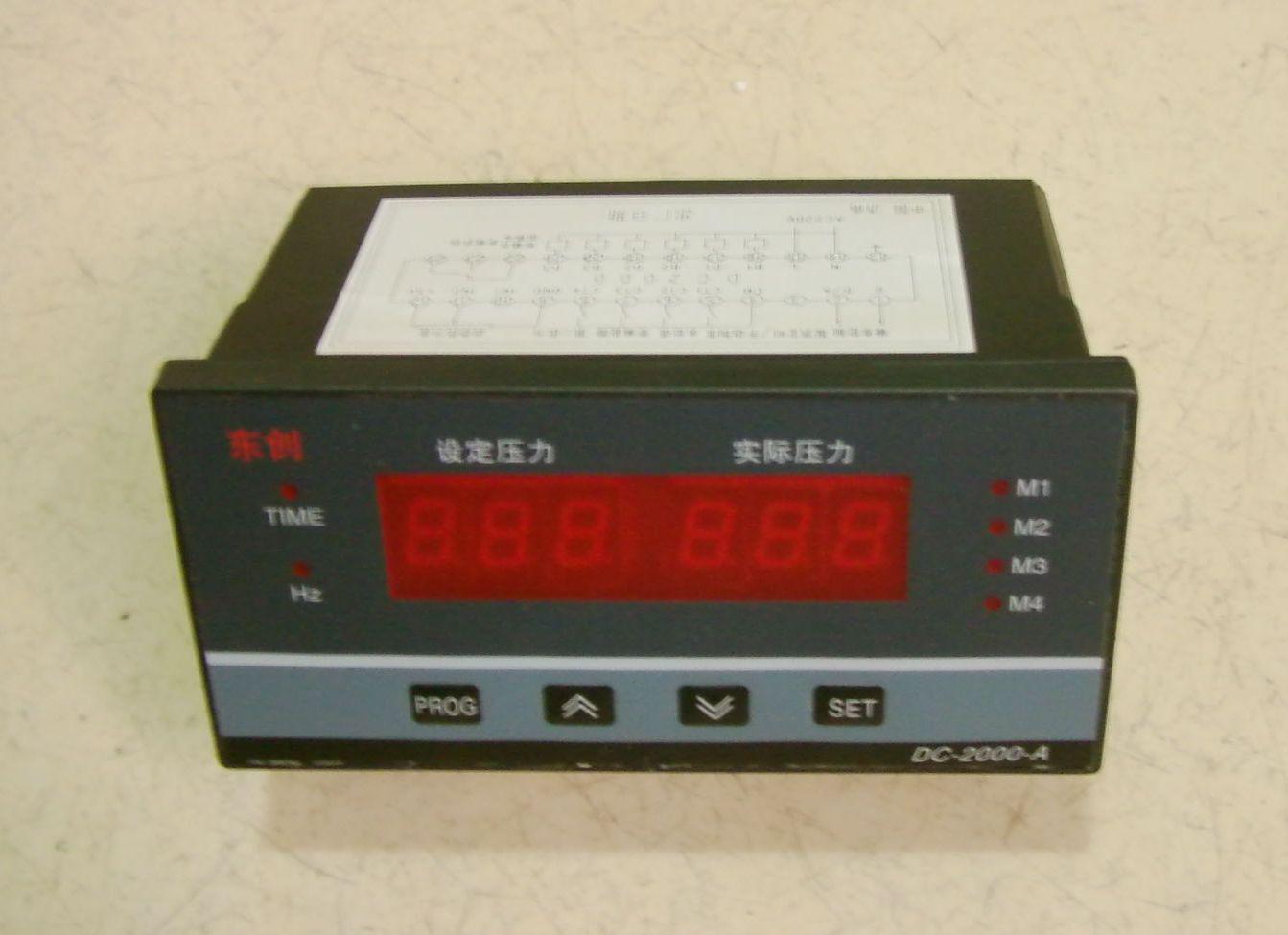 1.功能: 一至三泵工作可编程设定。 工作泵全软启动,以先起先停为原则。 无加泵需要时可定时换泵工作。 可设定上限保护压力。 可设定上限保护压力。 可接受(0-5V)或(4-20MA)输入。 可补偿传感器误差。 远传人工控制起停功能。 设定压力和实时压力显示。 变频器频率显示和实时压力显示。 具有变频器故障、远传表故障或欠压超 时和水位报警指示。 具有实时时钟(带电池)功能(标签上带 有/T字样的具有此功能)。 可编程每日6段高低压供水及开关机(T 型有此功能)。 可编程工作期限。 完善的密码功能。 2技