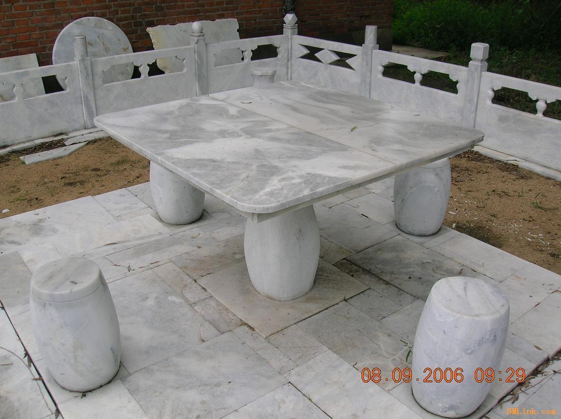 老木质矮桌配套椅凳
