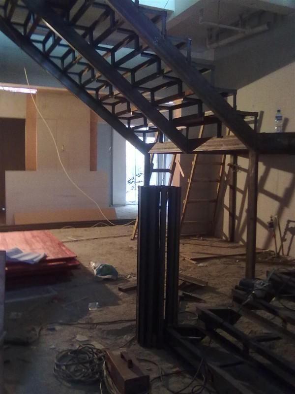 主要制作网点隔层,钢结构楼梯。消防楼梯。钢结构隔断。玻璃护栏。 钢结构工程是以钢材制作为主的结构,是主要的建筑结构类型之一。钢结构是现代建筑工程中较普通的结构形式之一。中国是最早用铁制造承重结构的国家,远在秦始皇时代(公元前246-219年),就已经用铁做简单的承重结构,而西方国家在17世纪才开始使用金属承重结构。公元3-6世纪,聪明勤劳的中国人民就用铁链修建铁索悬桥,著名的四川泸定大渡河铁索桥,云南的元江桥和贵州的盘江桥等都是中国早期铁体承重结构的例子。 电话:13687601322 张经理 QQ:13