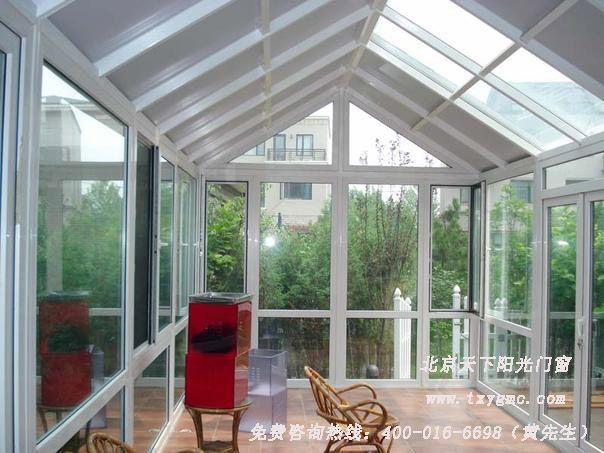 """类型:人字型玻璃顶阳光房 价格:680元/平米 厂家直销 阳光房(俗称玻璃房),是指以框架结构和门窗搭建出多个立面,顶部辅以玻璃及其它装饰所组成的封闭空间。阳光屋是阳台功能的拓展,已成为都市人在家休闲的空间,而且已从普遍的空间利用转变为家中时尚休闲的""""阳光吧""""。 北京天下阳光房产品按材质分为钢结构与各类材质门窗组合的阳光房、铝包木阳光房、玻璃顶阳光房、彩钢阳光房。各类阳光屋产品的顶部配有特种安全玻璃和独特的排水结构,为防光线太强,阳光屋内还可加装遮阳帘、调节室温的天窗等更加人性化的设施。 玻璃阳光房"""