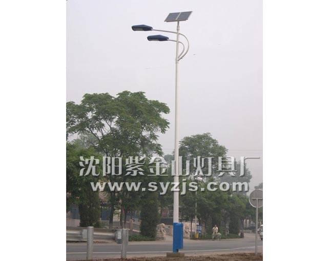 白天,在光照条件下,太阳电池组件产生一定的电动势,通过组件的串并联